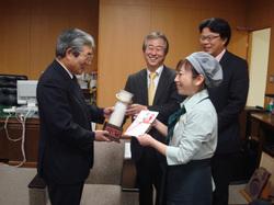 写真左が亀山石巻市長
